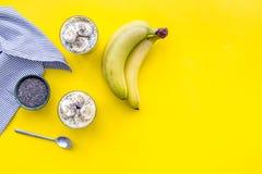 Idee für gesunden Frühstück Bananenpudding mit chia Samen auf gelber Tabelle mit blauem Draufsicht-Kopienraum der Tischdecke lizenzfreie stockbilder