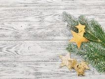 Idee für Weihnachtsschablone oder Weihnachtshintergrund - Sterne mit Kiefernniederlassungen stockbilder