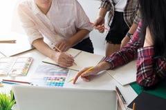 Idee grafiche di creatività del gruppo addetto alla progettazione nel posto di lavoro moderno dell'ufficio fotografia stock