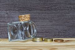 Idee im zufälligen stapelnden Geld des Geschäfts als Konzept für Erfolg oder Einsparungen, Investition und Erklären Stockbild