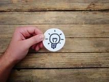 Idee Lampe auf hölzernem Hintergrund lizenzfreie stockfotografie