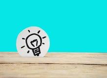 Idee Lampe auf hölzernem Hintergrund lizenzfreies stockfoto