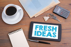 Idee originali, concetto di affari Mandi un sms a sul dispositivo della compressa su una tavola di legno Fotografia Stock Libera da Diritti