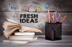 Idee originali, concetto di affari Pila di libri e di matite sulla tavola di legno Immagini Stock