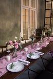 Idee originali della decorazione di nozze, tavola di nozze decorata con le disposizioni dei fiori nei toni viola rosa fotografia stock libera da diritti
