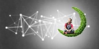 Idee van de mededeling van kindereninternet of online het spelen en pa Stock Afbeelding