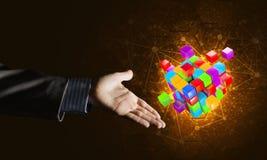 Idee van nieuwe die technologieën en integratie door kubuscijfer worden voorgesteld Stock Fotografie