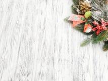 Idee voor Kerstmisaffiche - de spar vertakken zich en het Kerstmisdecor op een houten witte achtergrond royalty-vrije stock fotografie