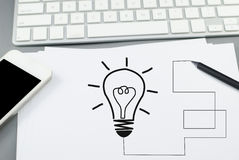 Ideen-Blasenkonzept auf Papier mit Bleistift und intelligentem Telefon Lizenzfreie Stockfotografie