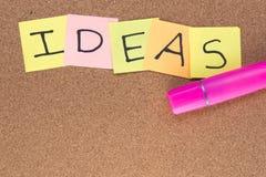 Ideen geschrieben auf Post-Itanmerkungen mit einem rosa Leuchtmarker Lizenzfreie Stockfotografie