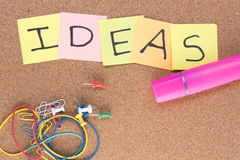 Ideen geschrieben auf Post-Itanmerkungen mit einem rosa Leuchtmarker und Gummibändern Lizenzfreie Stockfotografie