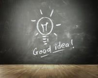 Ideen-Glühlampe gezeichnet auf Tafel Lizenzfreies Stockfoto