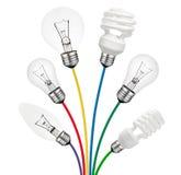 Ideen - Glühlampen angebracht zu farbigen Seilzügen lizenzfreie stockbilder
