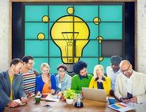 Ideen-Puzzlespiel-Lösen- von Problemeninspirations-Kreativitäts-Konzept Stockfoto