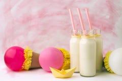 Ideendekoration für Babypartypartei auf Tabelle Milchflaschen und Ballons, auf ein Baby wartend stockfotos