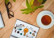 Ideengekritzel auf Notizblock nahe bei Tee, Gläsern und Anlagen Stockbilder