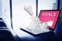 Ideeninspirationskonzepte mit RaketenGlühlampe auf Computerlaptop auf Worktable stockfoto