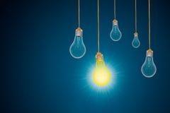Ideenkonzept mit Glühlampen auf blauem Hintergrund Stockfoto