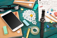 Ideenkonzept - rufen Sie an, passen Sie, Notizblöcke, Bleistifte und Büro suppli auf Stockfotografie