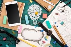 Ideenkonzept - rufen Sie an, passen Sie, Notizblöcke, Bleistifte und Büro suppli auf Lizenzfreie Stockbilder