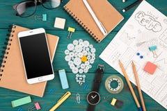 Ideenkonzept - rufen Sie an, passen Sie, Notizblöcke, Bleistifte und Büro suppli auf Lizenzfreie Stockfotos