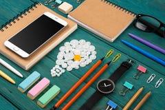 Ideenkonzept - rufen Sie an, passen Sie, Notizblöcke, Bleistifte und Büro suppli auf Stockbilder