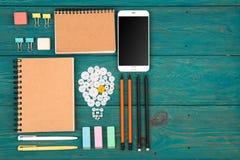 Ideenkonzept - rufen Sie an, passen Sie, Notizblöcke, Bleistifte und Büro suppli auf Lizenzfreie Stockfotografie