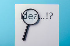 Ideenwort auf Weißbuch Stockfotografie