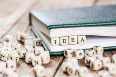Ideenwort geschrieben auf einen Holzklotz Stockbilder