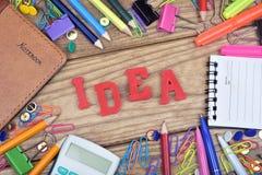Ideenwort und Bürowerkzeuge Stockbild