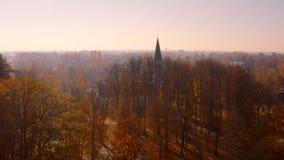 Ideia aérea bonita da manhã do outono dourado em Sigulda, Letónia vídeos de arquivo
