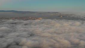 Ideia aérea da área de Marine Layer Flowing Over Bay, Califórnia filme