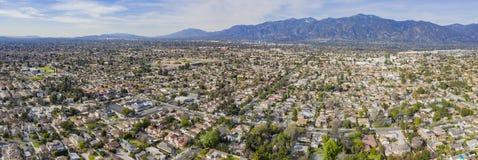 Ideia aérea da área de San Gabriel Mountains e de Arcadia fotos de stock
