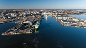 Ideia aérea da área finlandesa da lagoa da baía do mar Báltico de Helsínquia Forro do cruzeiro para partir do porto de Helsínquia imagens de stock royalty free