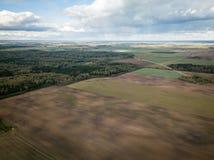 A ideia aérea da agricultura coloca durante o dia ensolarado agradável do outono Céu com nuvens pesadas fotografia de stock royalty free