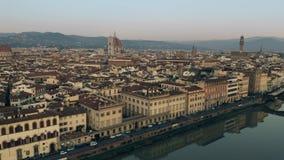 Ideia aérea da arquitetura da cidade bonita do centro na noite, Itália de Florença filme