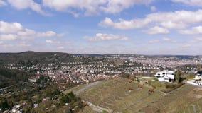 Ideia aérea da arquitetura da cidade com o céu nebuloso azul fantástico, Estugarda, Alemanha vídeos de arquivo