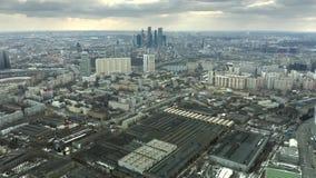 Ideia aérea da arquitetura da cidade de Moscou que envolve arranha-céus do centro de negócios, Rússia vídeos de arquivo
