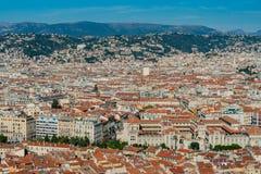 Ideia aérea da arquitetura da cidade do centro agradável do monte do castelo fotografia de stock