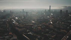 Ideia aérea da arquitetura da cidade na manhã, Itália da Bolonha vídeos de arquivo