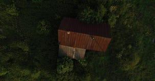 Ideia aérea da aumentação acima do telhado e da estrada filme