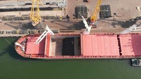Ideia aérea da carga do navio perto do beliche no porto Carregando a haste de fio video estoque