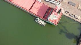 Ideia aérea da carga do navio perto do beliche no porto Carregando a haste de fio filme