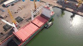 Ideia aérea da carga do navio perto do beliche no porto Carregando a haste de fio vídeos de arquivo