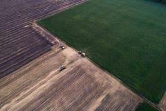 Ideia aérea da ceifeira processada campo Ajardinando o teste padrão dos campos segados e o verde plantados recentemente Foto de Stock