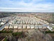 Ideia aérea da comunidade suburbana típica em EUA do sul Fotografia de Stock