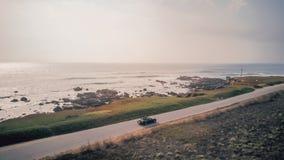 Ideia aérea da condução em um convertible de Ford Mustang foto de stock royalty free