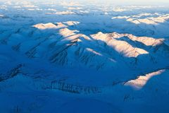 Ideia aérea da cordilheira de himalaya coberta com a neve do ai fotografia de stock royalty free