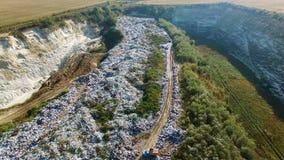 A ideia aérea da descarga de lixo beetween campos agrícolas video estoque