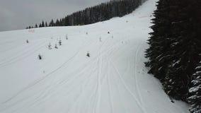Ideia aérea da descida do freeride para esquiadores e snowboarders filme